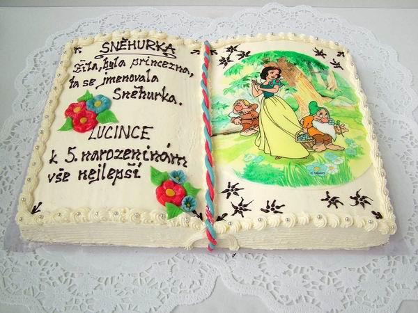 Dort kniha otevřená s jedlým obrázkem a nápisem
