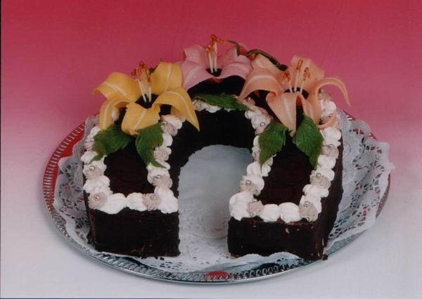 """Dort podkova """"čokoládová"""" s liliemi"""