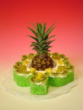 Dort čtyřlístek s čerstvým ovocem a ananasem