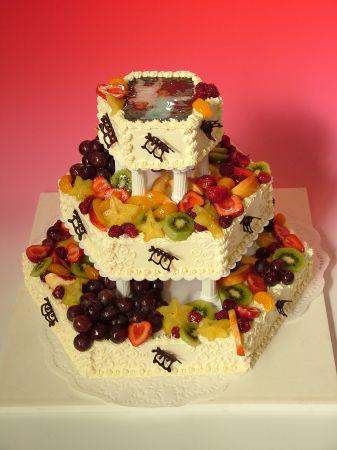 Dort šestihran třípatrový s čerstvým ovocem a jedlou fotografií