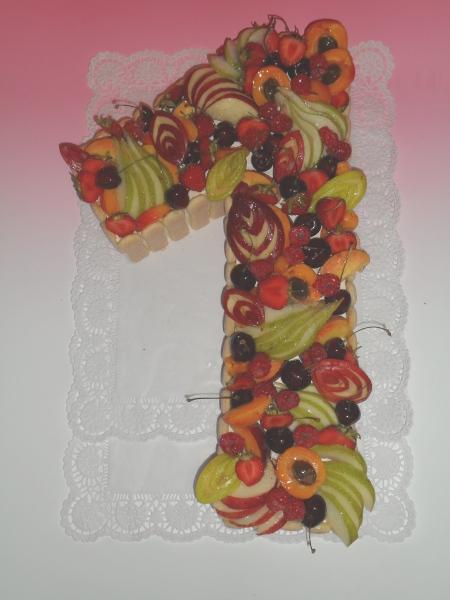 Dort modelované číslo 1 s čerstvým ovocem