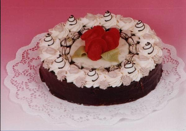 """Dort kulatý """"čokoládový"""" s růžemi"""