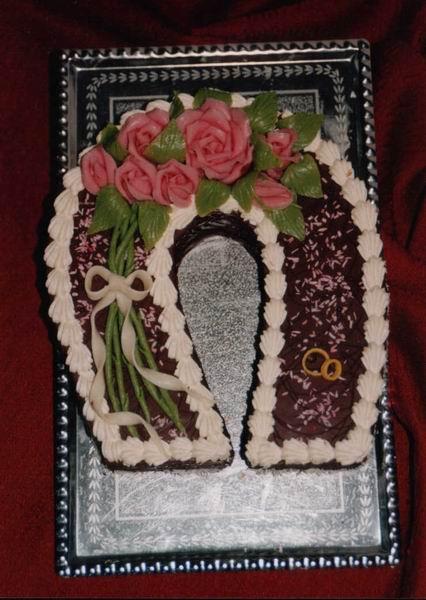 """Dort svatební """"čokoládová"""" podkova s růžičkami"""